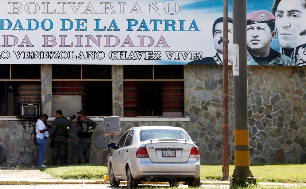 Foto: Miembros de las fuerzas armadas custodian la puerta de la 41 Brigada Blindada Fuerte Paramacay asaltada por un contingente subversivo. (Reuters)