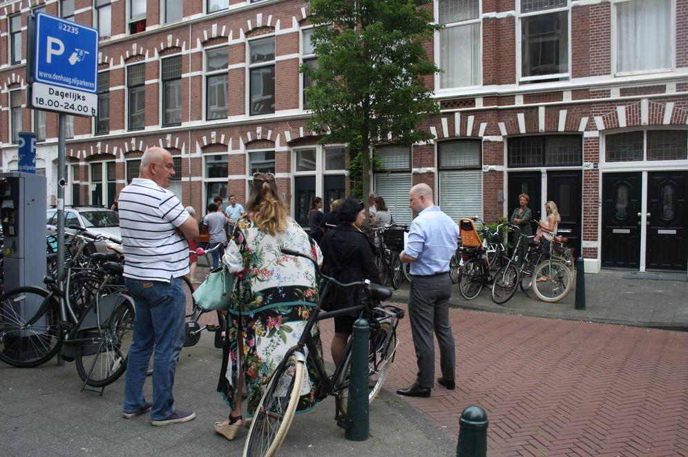 Foto: Varias personas hacen cola para ver una vivienda en alquiler en La Haya. (Foto: Imane Rachidi)