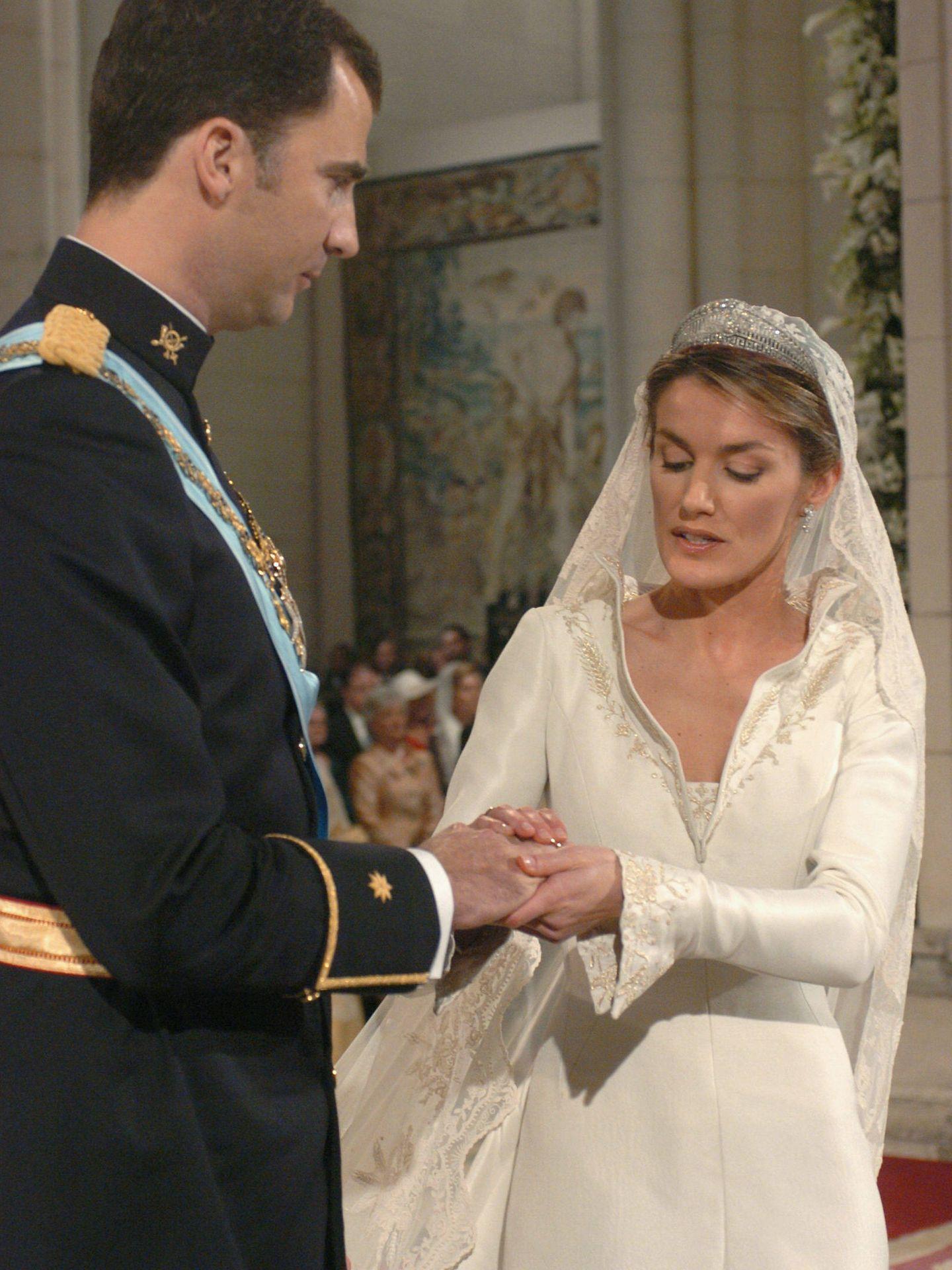 Letizia coloca el anillo en el dedo de Felipe. (Getty)