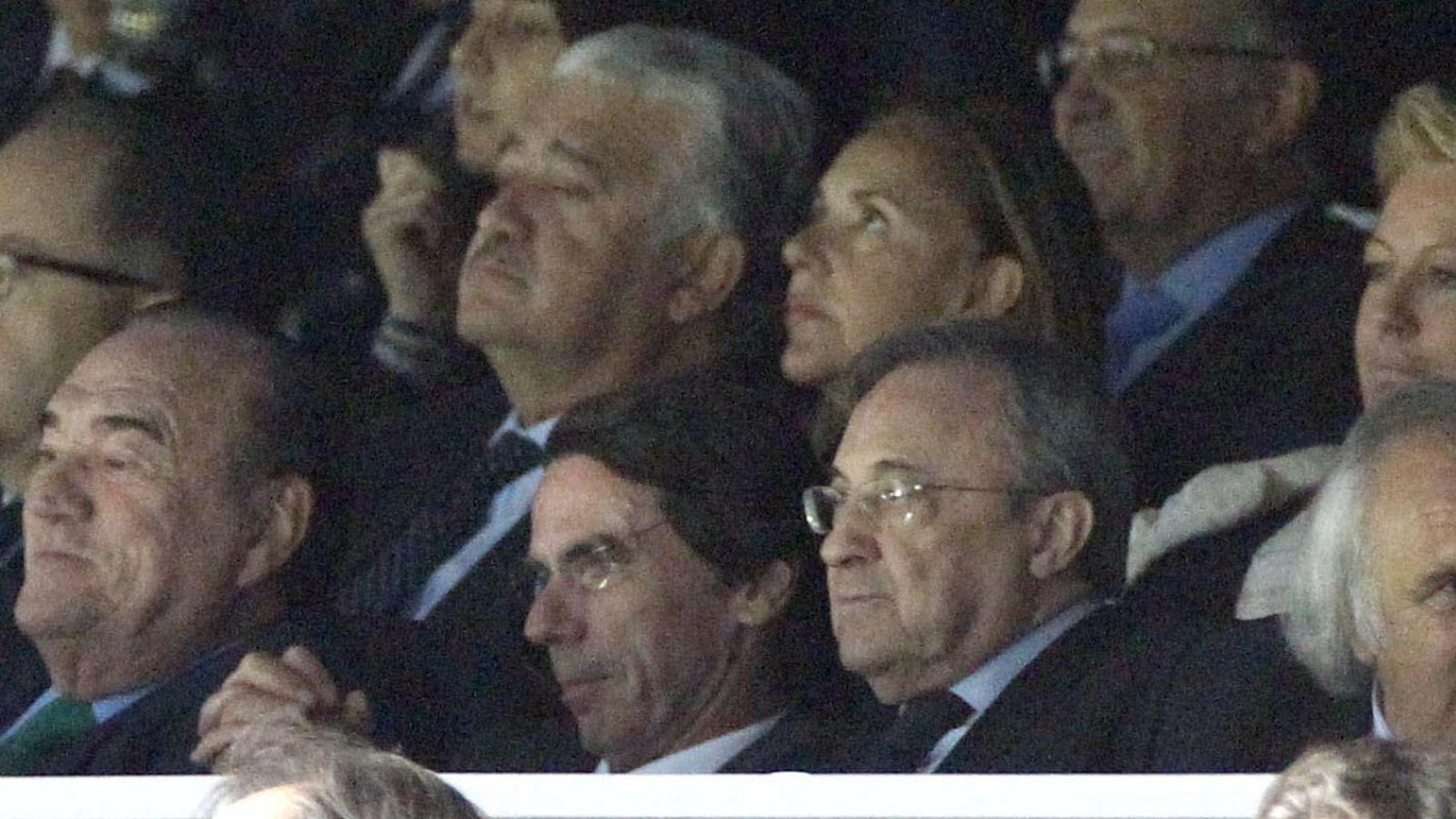 Foto: Florentino Pérez junto a José María Aznar en el palco del Santiago Bernabéu (EFE)