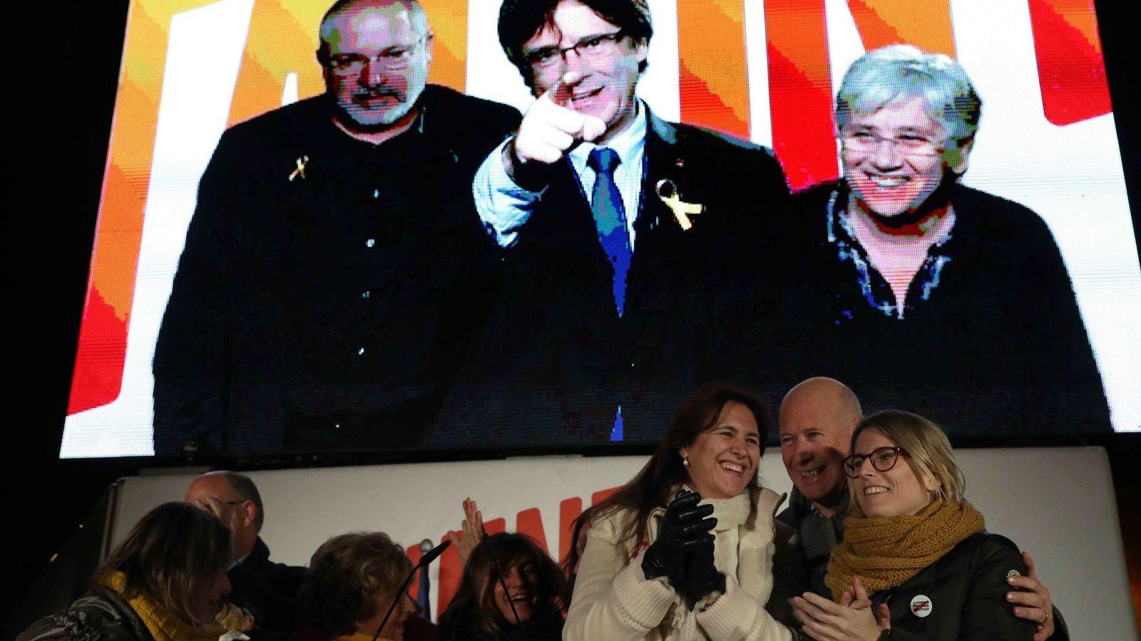 Foto:  En pantalla y desde Bruselas, Carles Puigdemont y los consellers cesados en un acto de Junts per Catalunya de campaña. (EFE)