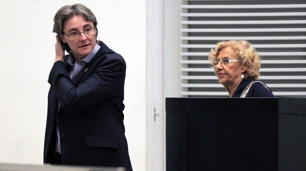 Foto: La alcaldesa de Madrid, Manuela Carmena (d), y la primera teniente de alcalde, Marta Higueras (i), a su llegada a un Pleno del Ayuntamiento de Madrid. (EFE)