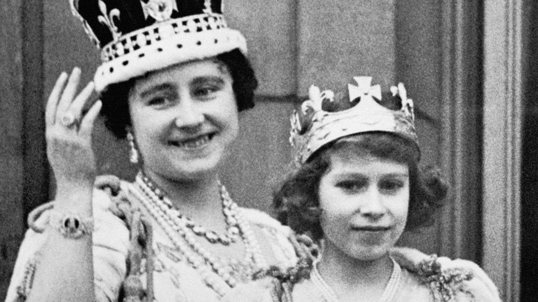 La reina madre, Isabel, con su hija (ahora reina Isabel II) en 1937. (Cordon Press)