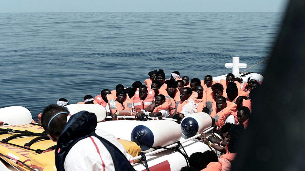 Foto: Varios de los inmigrantes que han sido trasladados del Aquarius a las otras dos embarcaciones que se dirigen a Valencia. (EFE)