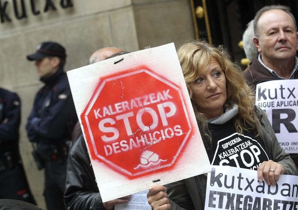 Foto: Miembros de Kaleratzeak Stop Desahucios e IRPH-STOP de Gipuzkoa participan en una concentración (Efe)