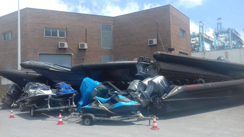 Varias 'gomas' estacionadas en un rincón en dependencias policiales de Algeciras.