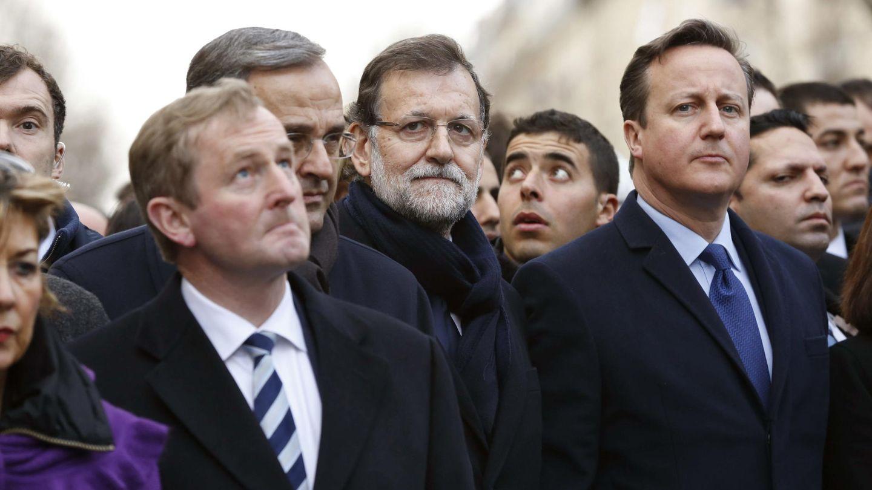 David Cameron junto a Mariano Rajoy durante la manifestación en París (Efe).
