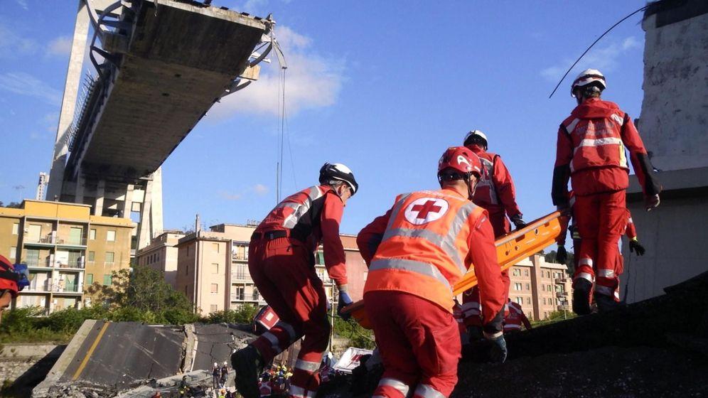 Foto: Trabajadores de la Cruz Roja retiran escombros en el puente de Génova (Efe)
