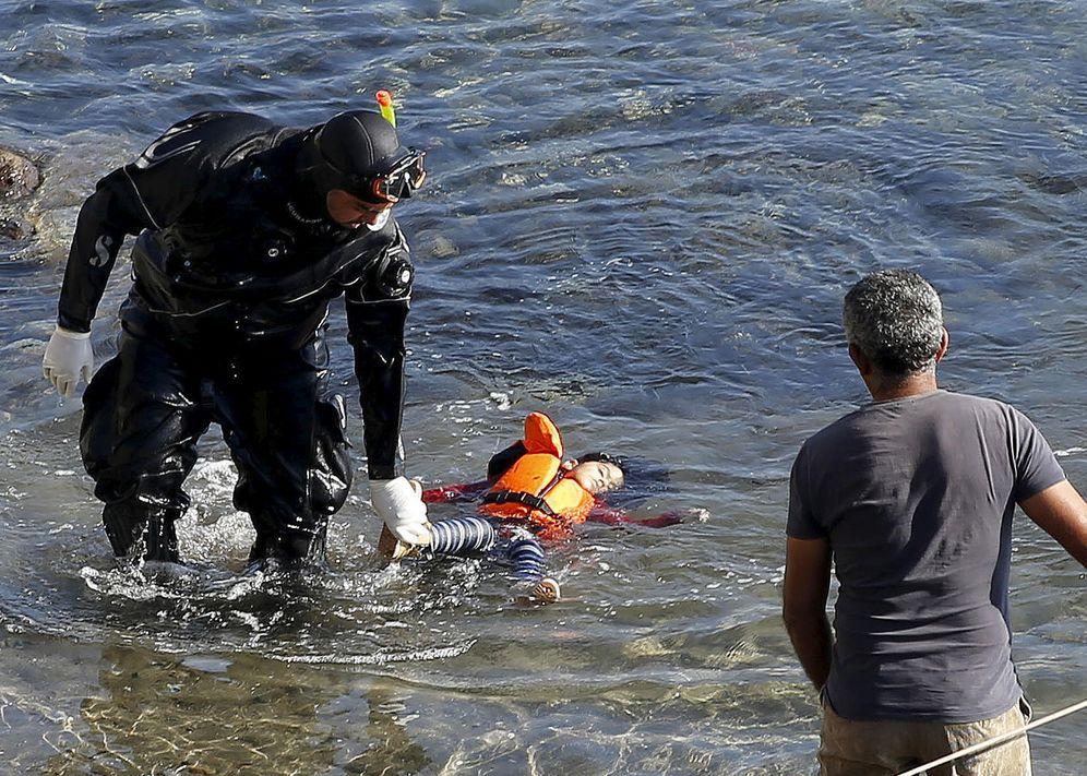 Foto: Un guardacostas griego sostiene el cadáver de una niña en las costas de la isla griega de Lesbos, el 15 de octubre de 2015 (Reuters).
