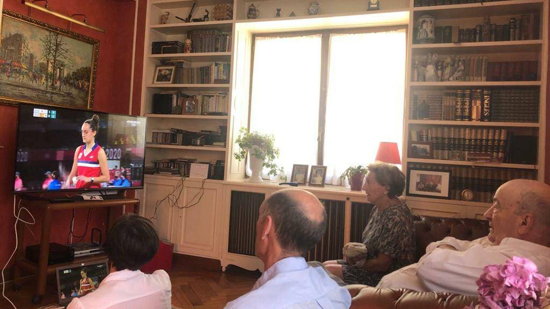 La familia de Clara, viendo el partido por Eurosport en San Sebastián