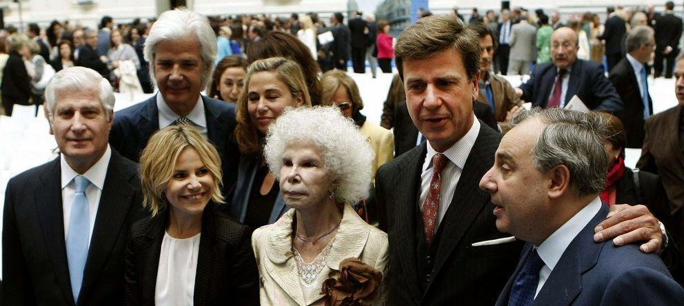 Foto: La recién fallecida Duquesa de Alba, junto a sus hijos Carlos, Eugenia, Jacobo, Cayetano y Alfonso, en una imagen de archivo. (Efe)