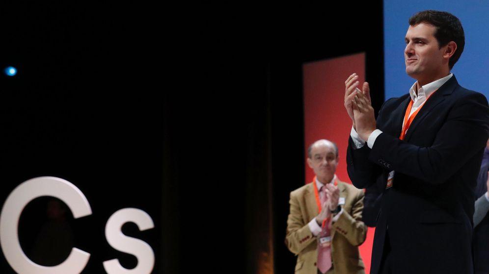 Foto: El presidente de Ciudadanos, Albert Rivera, aplaude durante la IV Asamblea General de Ciudadanos que se celebra en el Teatro Nuevo Coslada, en Coslada (Madrid). (EFE)