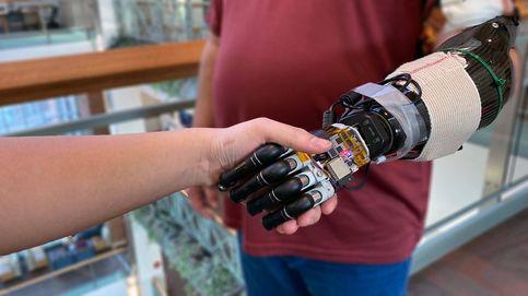 Esta mano artificial se controla con la mente y tiene sentido del tacto