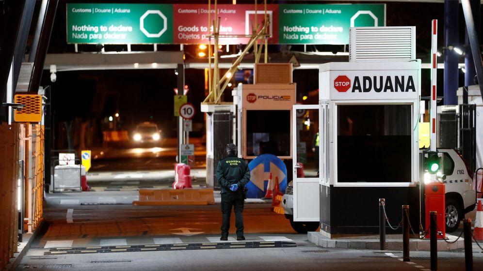 Foto: Un guardia civil en la frontera entre España y Gibraltar (Reuters)