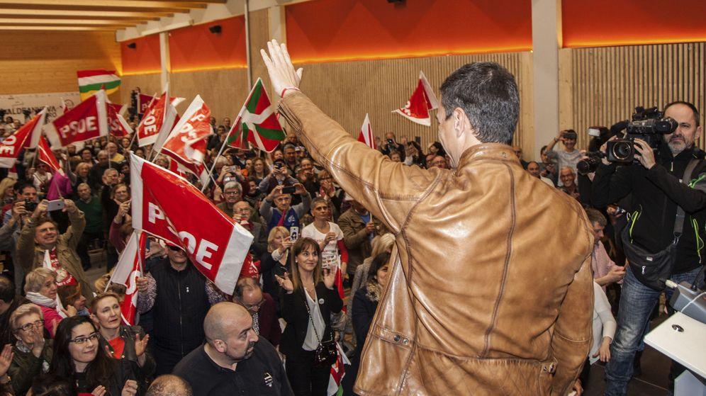 Foto: El exsecretario general del PSOE Pedro Sánchez saluda a su llegada a un acto público. (EFE)