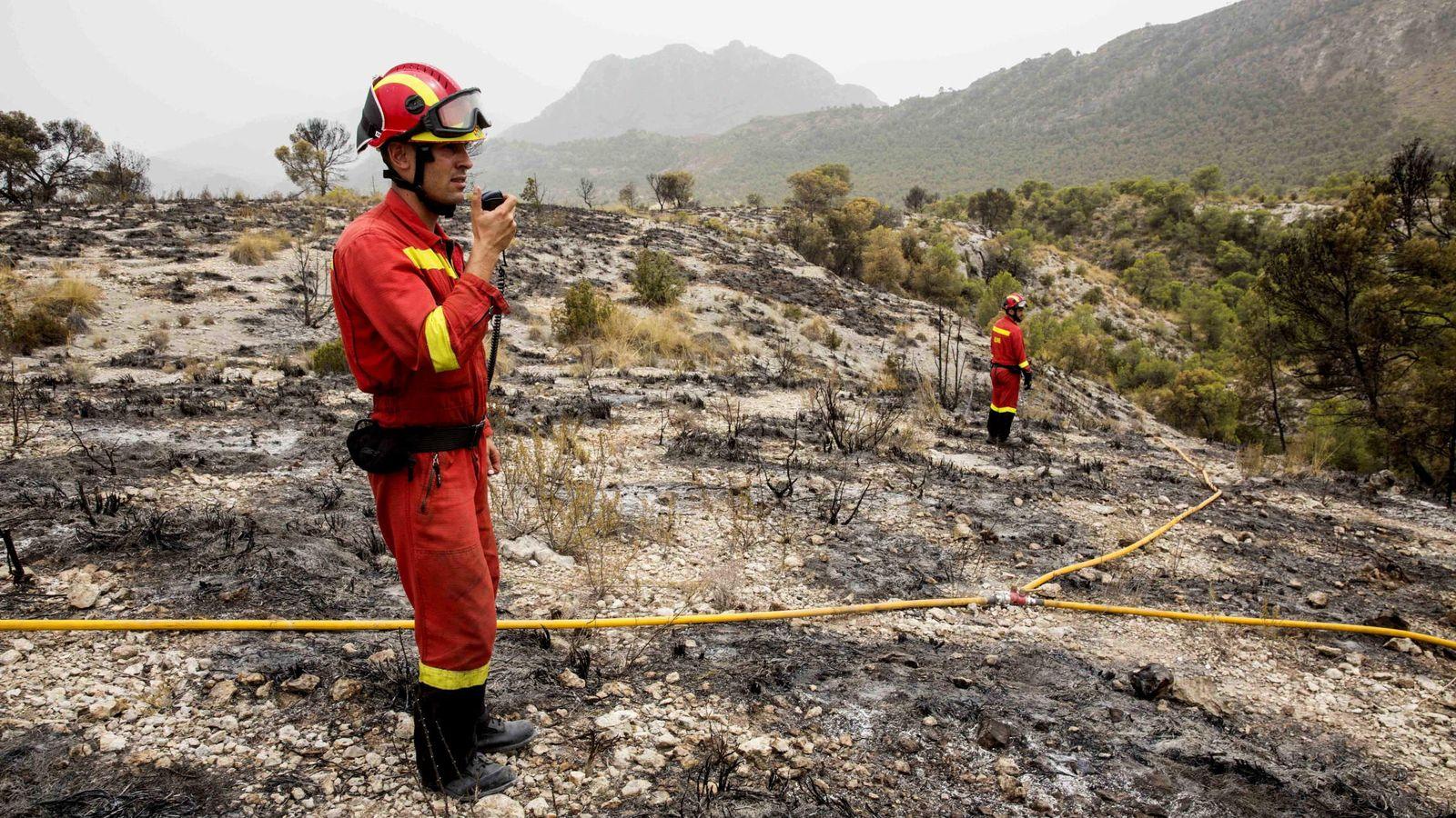 Foto: Dos militares de la Unidad Militar de Emergencias (UME) durante las labores de extinción de un incendio el pasado mes de agosto. (EFE)