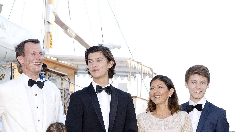 Joaquín y Alexandra de Dinamarca, con sus hijos en la celebración del 18 cumpleaños de Nicolás. (Cordon Press)