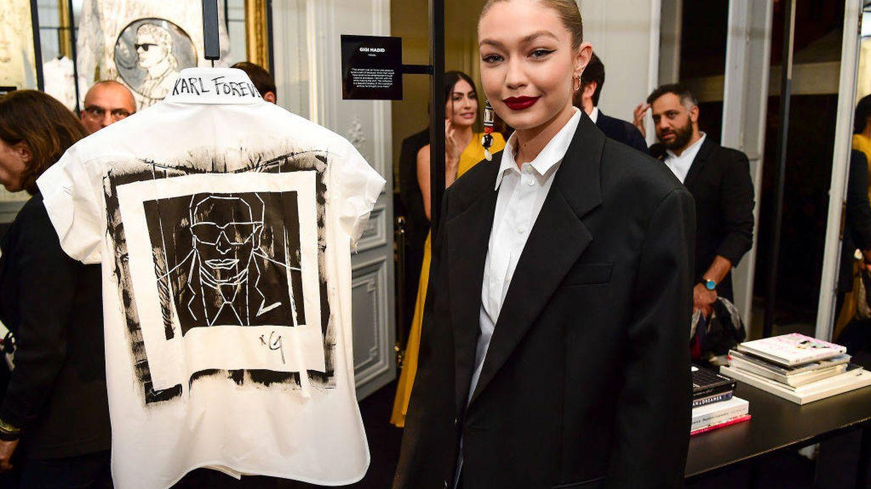 La camisa que Gigi Hadid ha diseñado para homenajear a Karl. (Getty)