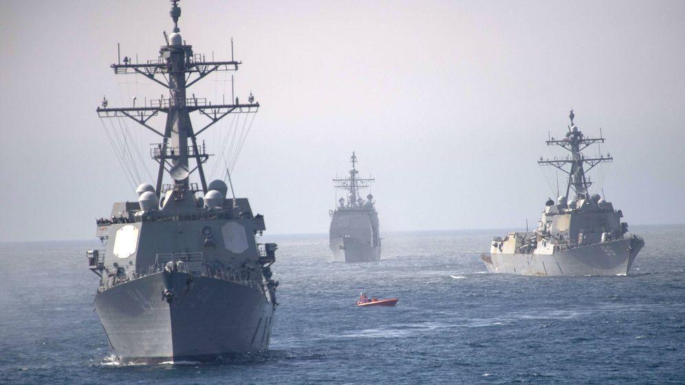 Foto: Los buques USS Nitze (izquierda), USS Bainbridge (derecha) y, al fondo, el USS Leyte Gulf. (US Navy)