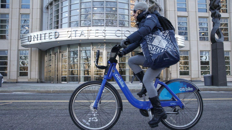 Una usuario del servicio público de bicicletas en Nueva York (EFE)