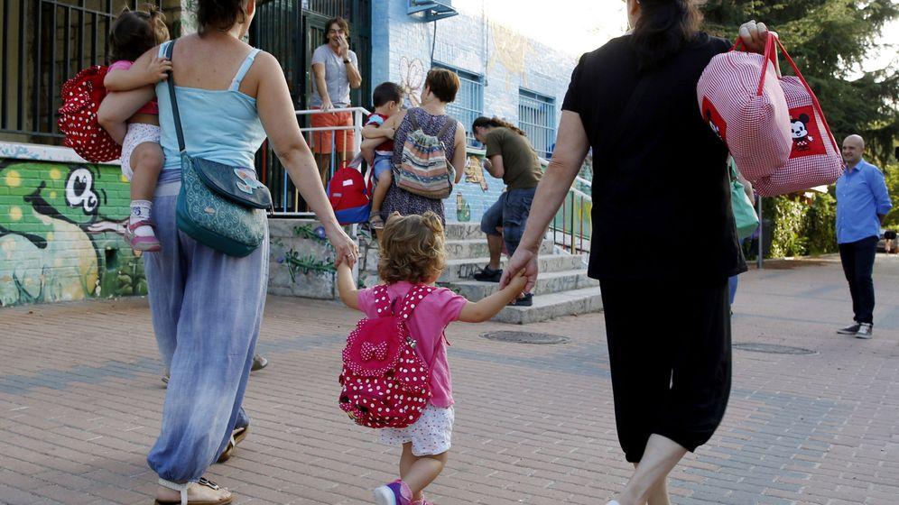 Foto: Padres y madres acompañan a sus hijos los primeros días del curso escolar. (EFE)
