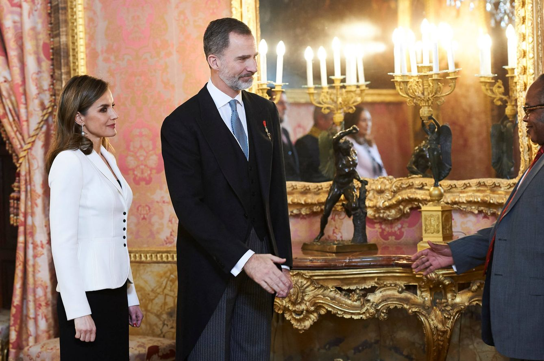 Letizia juega a las 7 diferencias con sus pendientes junto al cuerpo diplomático