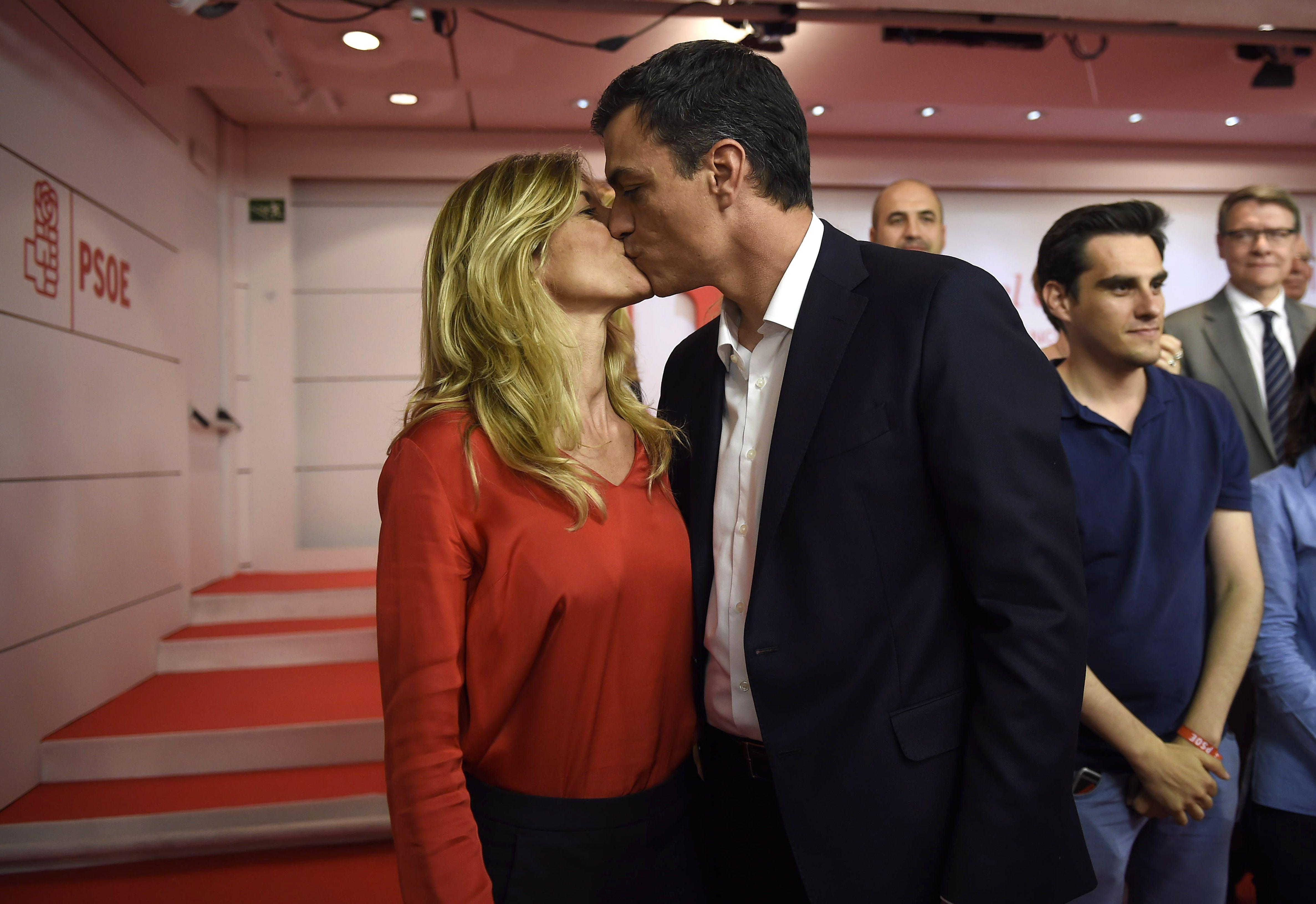 Begoña y Pedro durante la presentación de Pedro como candidato del PSOE.