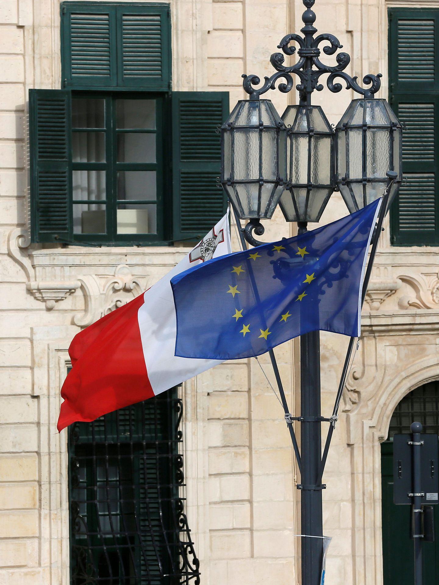 Una bandera maltesa y otra de la UE ondean en un edificio institucional de La Valeta. (Reuters)