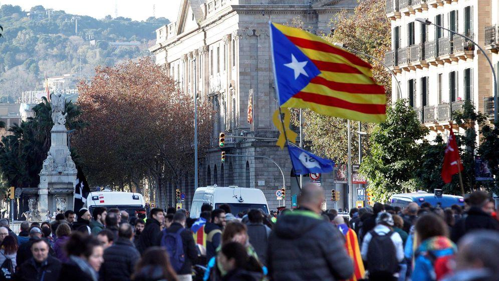 Foto: Simpatizantes independentistas protestan en las inmediaciones de la Llotja de Mar de Barcelona. (EFE)