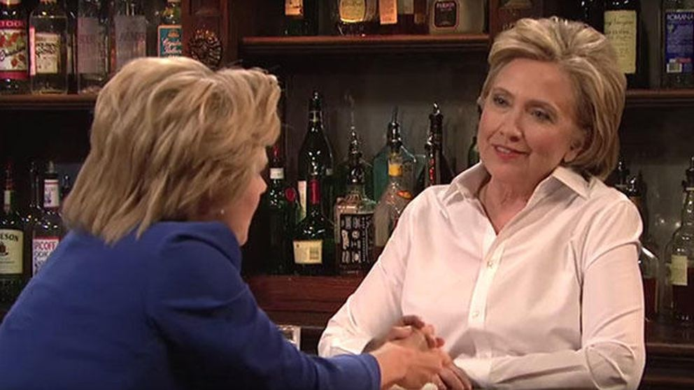 Hillary Clinton, una camarera que atiende a su doble en 'Saturday Night Live'