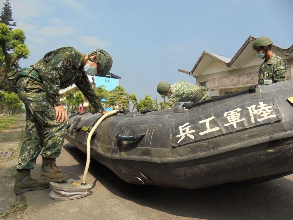 Foto: Militares preparando botes con los que rescatar a personas afectadas por el tifón. (Reuters)