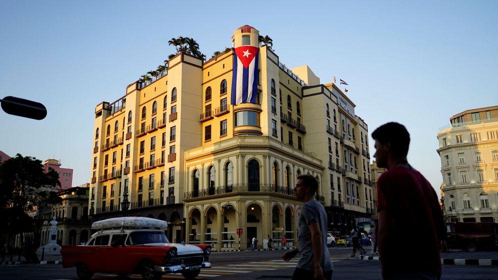 Foto: Una bandera cubana cuelga de un hotel en La Habana, en abril de 2018. (Reuters)