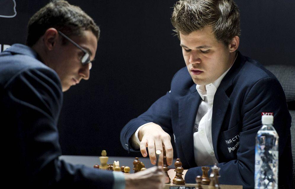 Foto: Magnus Carlsen moviendo ante Fabiano Caruana. (Reuters)