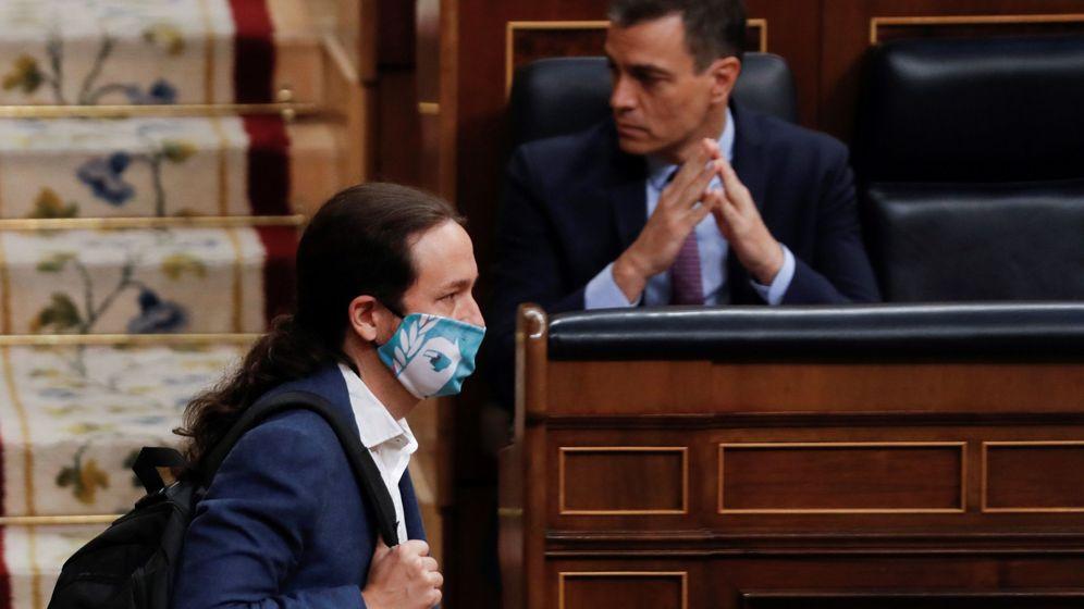 Foto: El vicepresidente segundo del Gobierno, Pablo Iglesias, pasa ante el presidente del mismo, Pedro Sánchez, en el Congreso. (EFE)