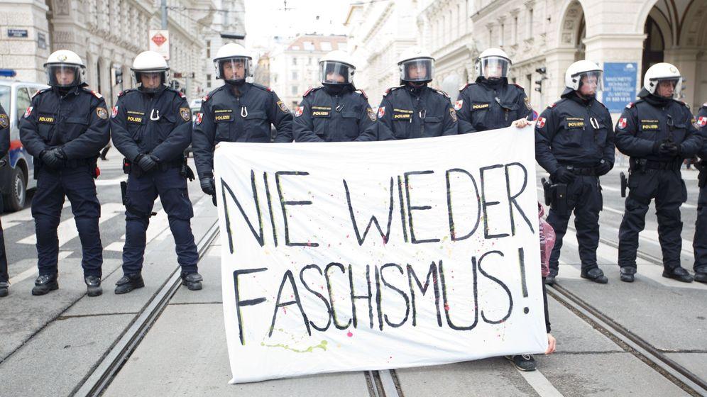 Foto: 'Fascismo nunca más', la pancarta en protesta por la entrada de los ultras en el Gobierno austríaco el pasado diciembre. (EFE)