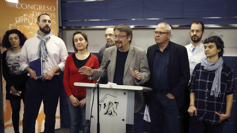 Foto: El portavoz de En Comú, Xavier Domènech, junto a varios integrantes de su formación. (EFE)