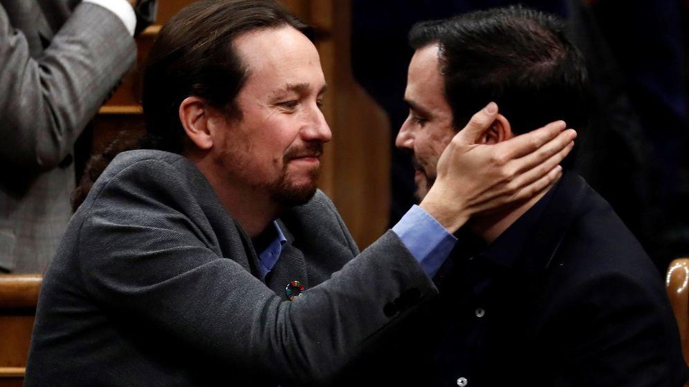 Foto: El líder de Unidas Podemos, Pablo Iglesias (i), se abraza con el líder de Izquierda Unida, Alberto Garzón. (EFE)