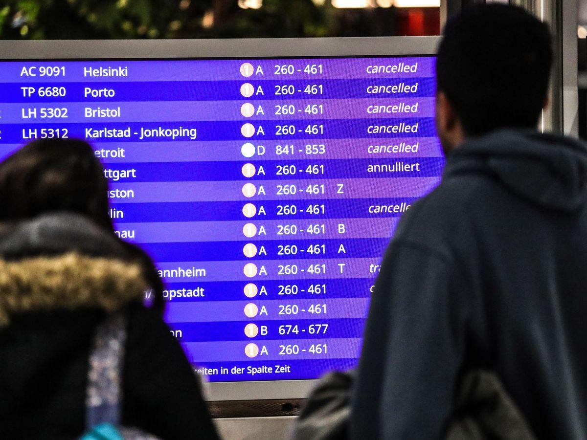 Foto: Pasajeros miran vuelos cancelados. (EFE)