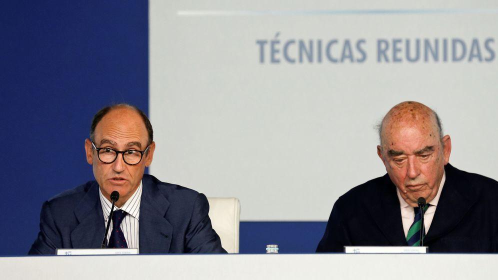 Foto: El CEO de Técnicas Reunidas, Juan Lladó, con su padre, el presidente de honor, José Lladó. (Reuters)