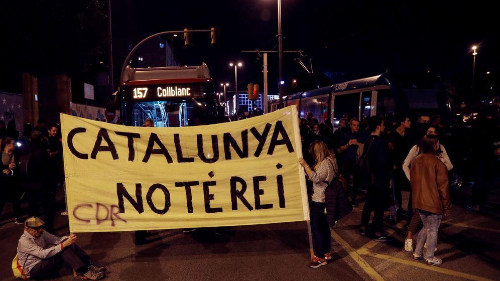 Foto: Varios manifestantes protestan por la visita del rey Felipe. (EFE)