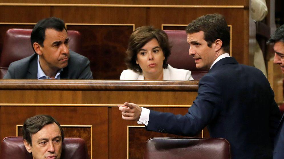 Foto: El presidente del PP, Pablo Casado, y la exvicepresidenta del Gobierno Soraya Sáenz de Santamaría, durante el pleno de este miércoles. (EFE)