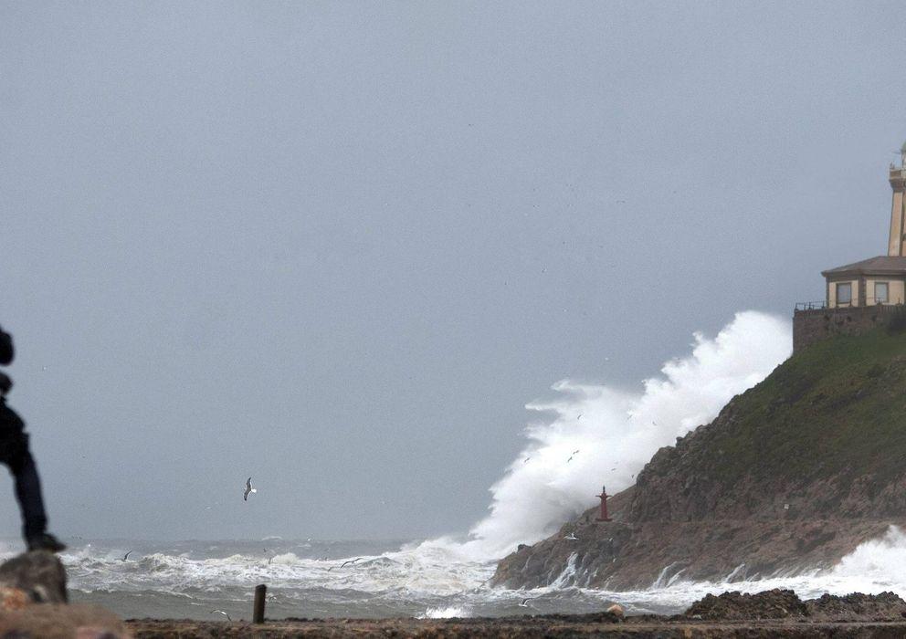 Foto: El faro de la playa de San Juan de Nieva, en la costa asturiana (EFE)