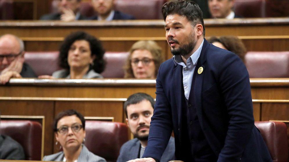 Foto: Gabriel Rufián, de ERC, vota durante la segunda jornada del debate de investidura de Pedro Sánchez (EFE)