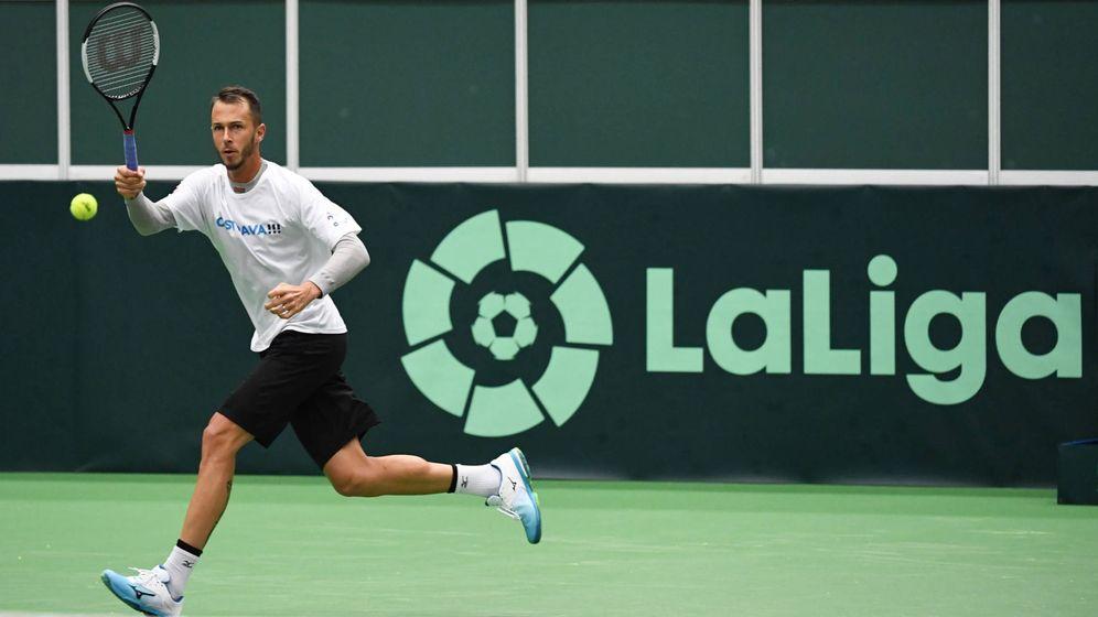 Foto: Lukas Rosol, entrenando en una cancha con el logo de LaLiga. (ITF)