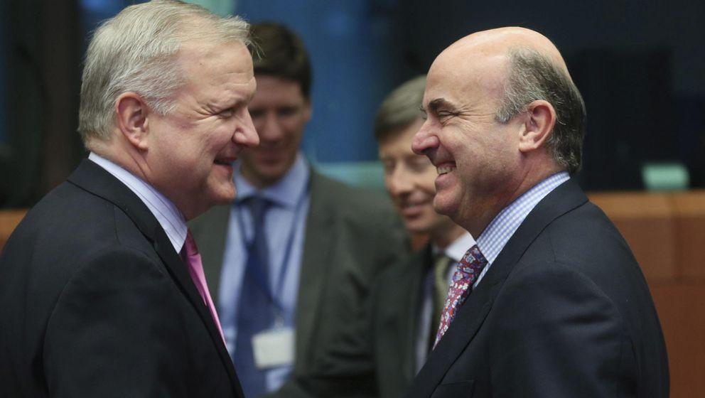 El vicepresidente económico de la CE, Olli Rehn, y el ministro Luis de Guindos. (EFE)