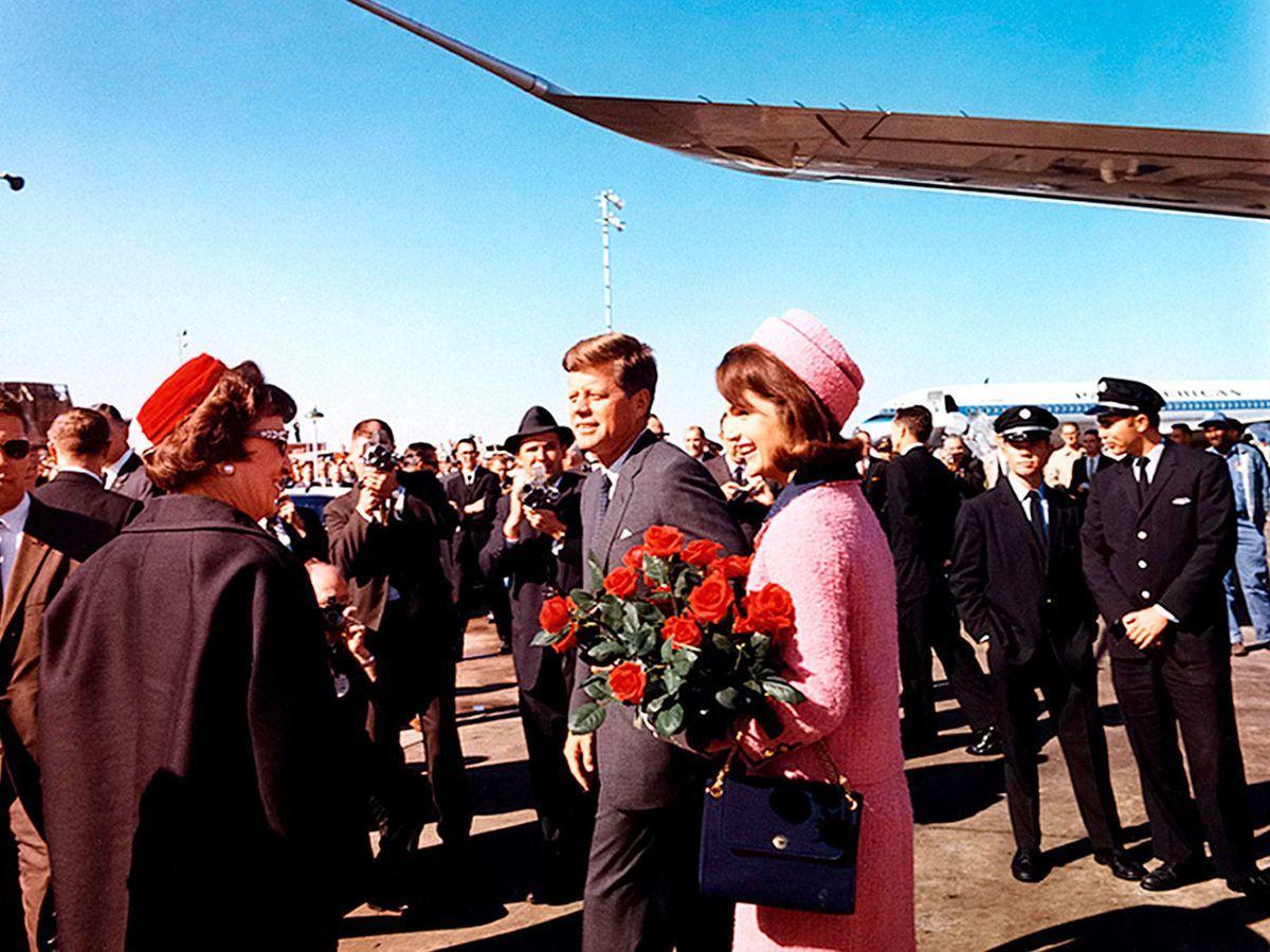 Foto: Jackie Kennedy y JFK, en el aeropuerto de Dallas. (Getty)