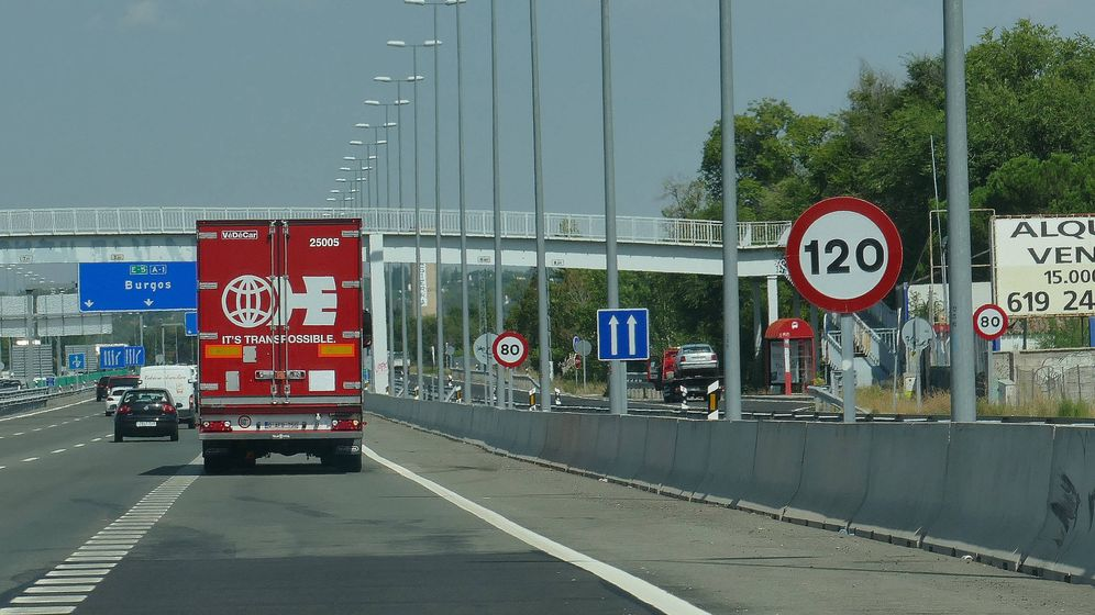 Foto: Esta es la carretera N-1 a la altura del kilómetro 26. La señal de 120 km/h y la de 80 están puestas en el mismo sitio.