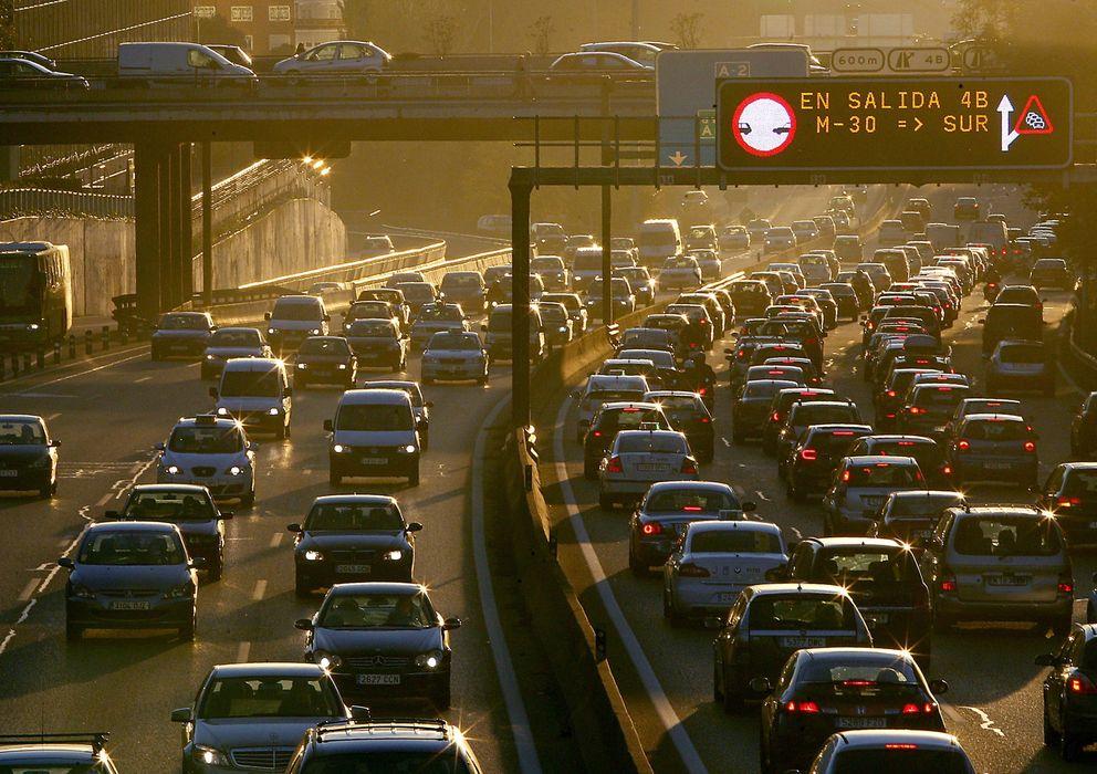 Foto: Las grandes ciudades españolas sufren frecuentemente retenciones kilométricas en sus accesos. (Efe/Kote Rodrigo)