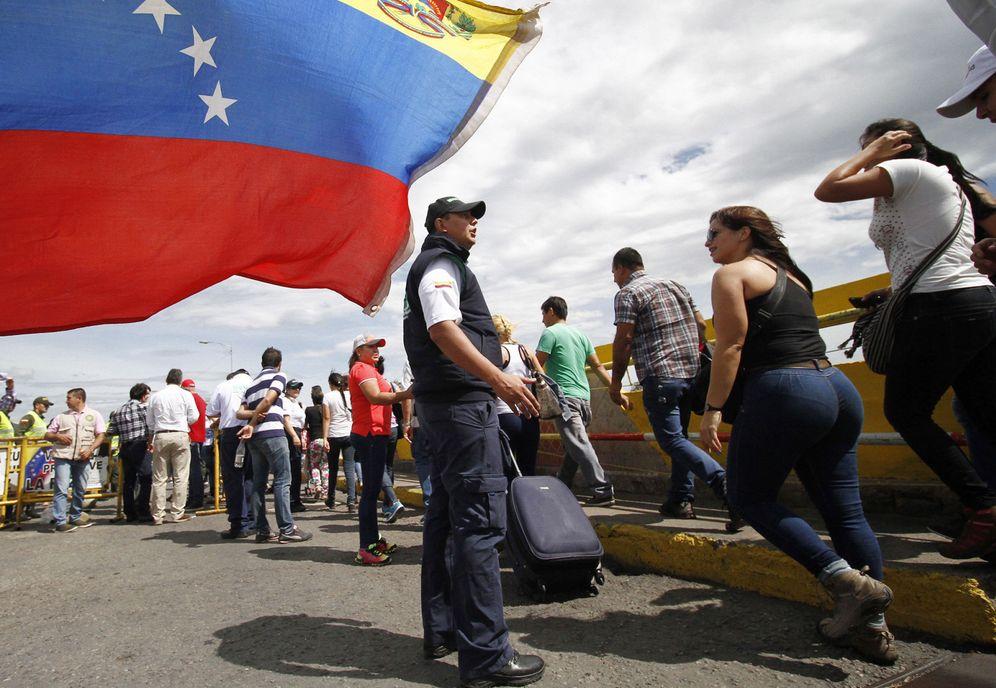 Foto: Un grupo de venezolanos cruza la frontera hasta Colombia para comprar alimentos y medicinas. (EFE)