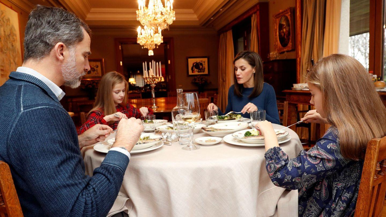 La familia real, en el comedor de su residencia. (Casa de S.M. el Rey)